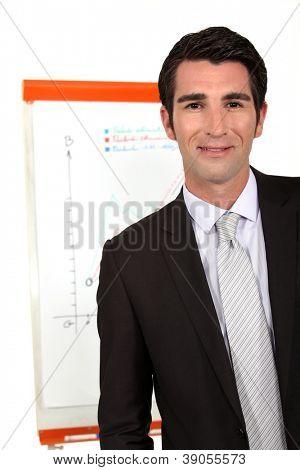 Retrato de joven empresario presentación durante la reunión
