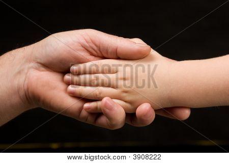 Fosfoetanolamina adultos Holding Childs mano