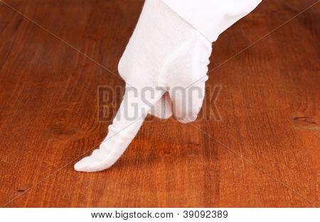 Feminino mão verificação de limpeza no fundo madeira