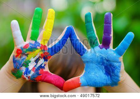 Manos pintadas de colores