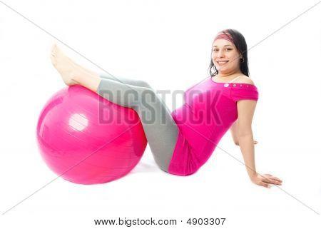 schöne schwangere Frau mit einem Fitness-ball