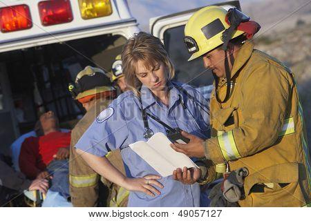 Vista de bomberos y paramédicos asistencia a heridos hombre