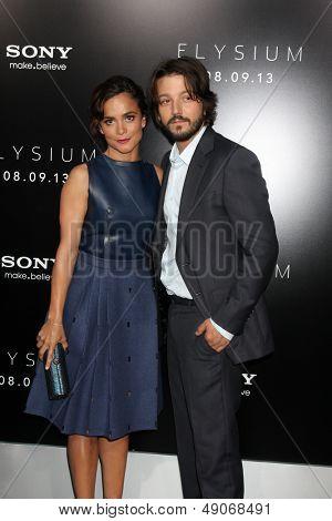 LOS ANGELES - AUG 7:  Alice Braga, Diego Luna arrives at the