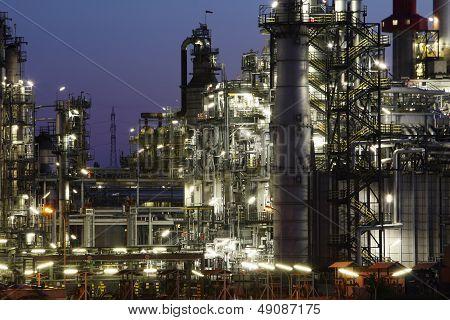 Óleo e gás indústria - refinaria em Twilight - fábrica - planta petroquímica