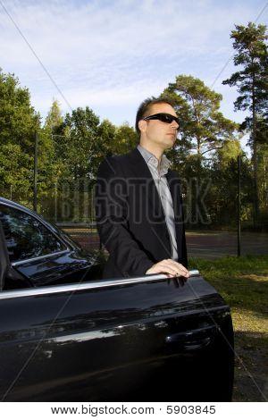 Hombre de negocios frente a un coche