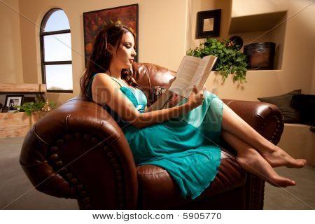 hübsches Mädchen lesen auf der couch