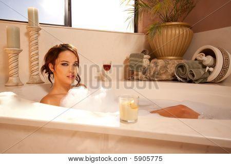 hübsche Frau in der Badewanne