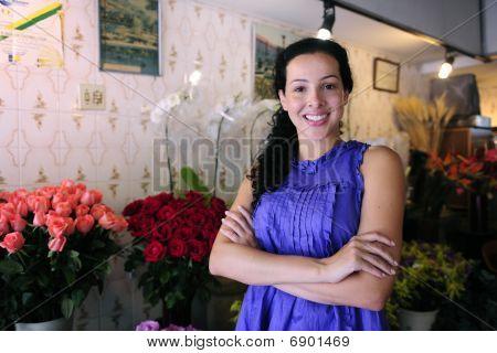 Feliz propietario de una tienda de flores