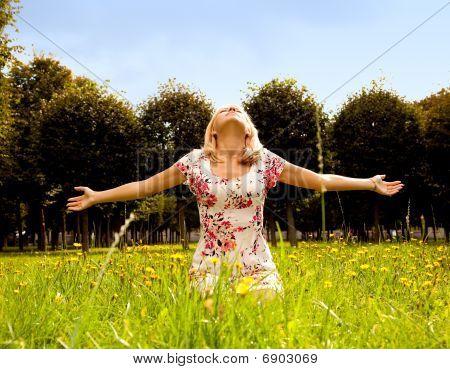 mujer sentada en el césped y disfrutar el sol