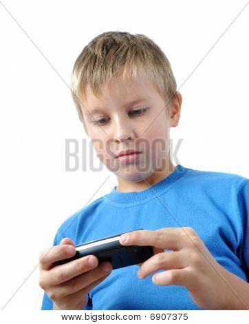 Menino é navegar no celular