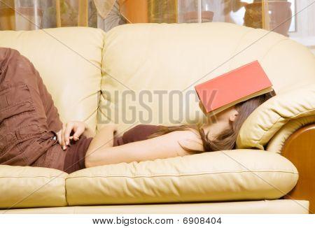Mulher com livro no rosto