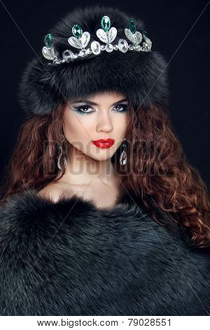 Beauty Fashion Model Girl In Fur Coat. Diamond Jewelry. Beautiful Luxury Winter Woman In Fur Hat.