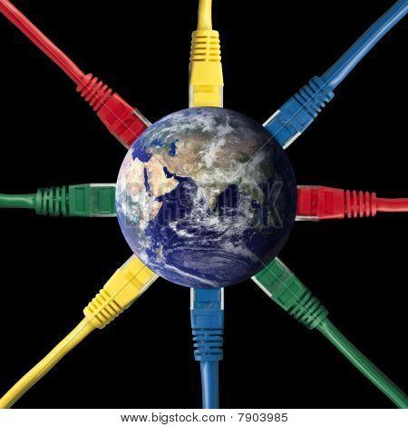 Cables de red color conectados con el mundo de la tierra