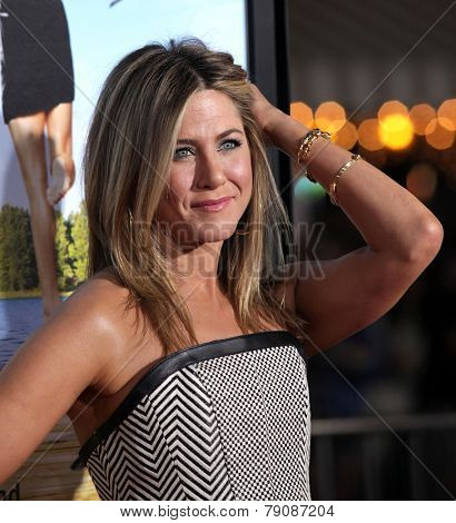 LOS ANGELES - FEB 16:  JENNIFER ANISTON arrives to the