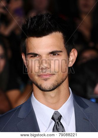 LOS ANGELES - NOV 11:  Taylor Lautner arrives to the