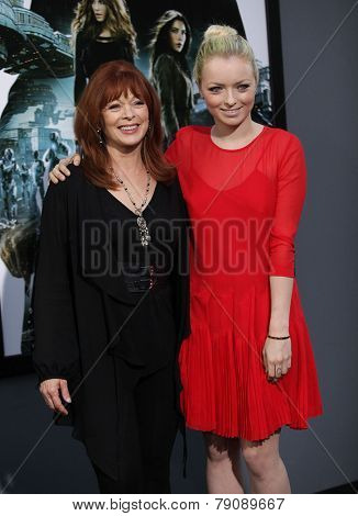 LOS ANGELES - AUG 01:  Frances Fisher & Francessca Eastwood arrives to