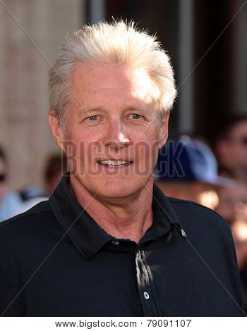 LOS ANGELES - AUG 06:  Bruce Boxleitner arrives to