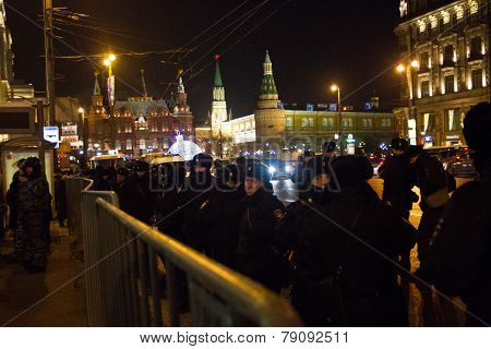 The police and internal troops protect the Kremlin from protesters