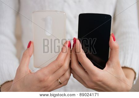 The Phone And Case For The Phone In Female Hands