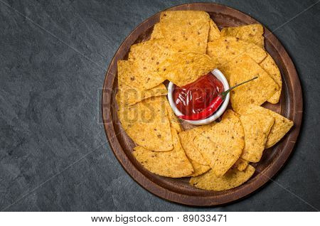Fresh Salsa Dip With Nacho Chips