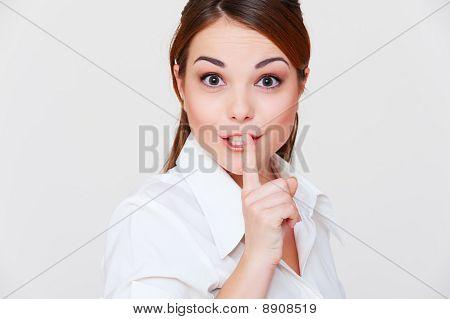 Pretty Woman haciendo señal de silencio