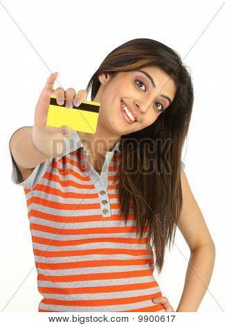 Mädchen in Orangen Streifen T-shirt Betriebs-Kreditkarte