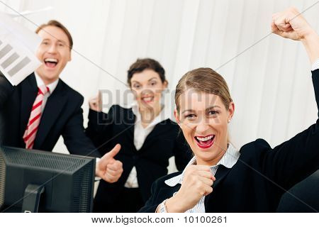 Empresarios en oficina con gran éxito
