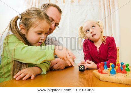 Familia está jugando ludo juntos