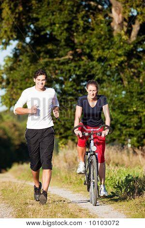 Junge Sportart paar Joggen und Radfahren