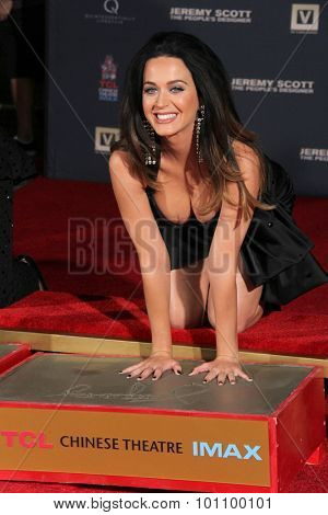 LOS ANGELES - SEP 8:  Katy Perry at the Jeremy Scott and Katy Perry Handprints in Cement Ceremony at the TCL Chinese Theater on September 8, 2015 in Los Angeles, CA