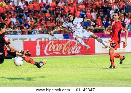 Sisaket Thailand-august 19: Cleiton Silva Of Muangthong Utd (white) Shooting Ball During Thai Premie