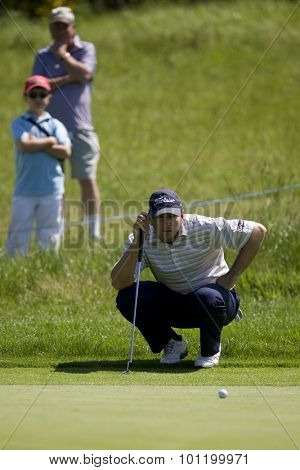KENT ENGLAND, 29 MAY 2009. Ben CURTIS (USA) lines up a putt on the 4th green playing in the second round of the European Tour European Open golf tournament.