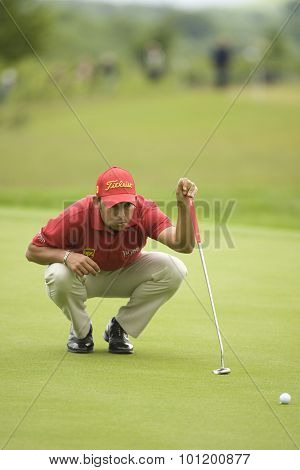 KENT ENGLAND, 27 MAY 2009. Pablo LARRAZçBAL (ESP) lines up a putt playing in the first round of the European Tour European Open golf tournament.