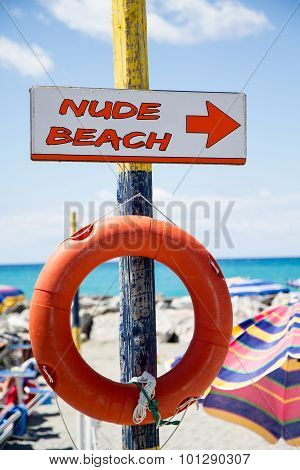 Free Beach, Indicator Sign On Wooden Post With  Lifesaver
