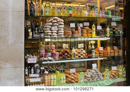 VENICE, ITALY - SEPTEMBER 2014 : A Pastry shop selling Limoncello, Olive oil, Balsamic vinegar, Meringues and other snacks, cookies in Venice, Italy on September 15, 2014.