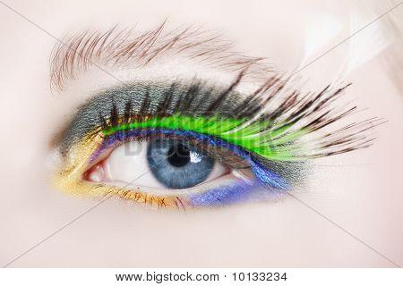 Macro ojo con pestañas falsas