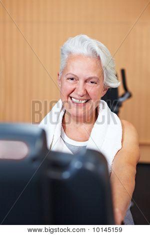 Happy senior Woman in Fitness-Studio