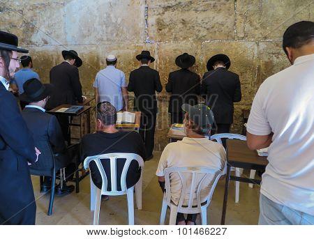 Jerusalem - Juli 15: Jewish Prayers And Pilgrims Beside Western Wall Juli 15, 2015 In Jerusalem