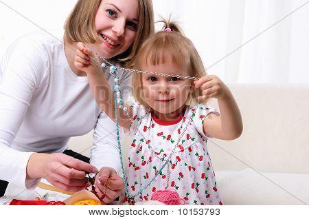 Jovem mãe e sua filha bebê
