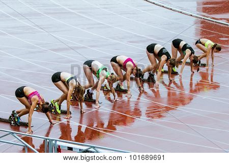 young woman sprint start