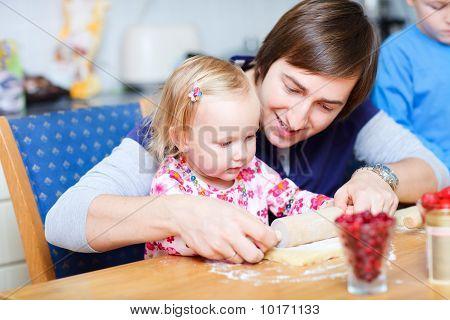 Pai e filha juntos de cozimento
