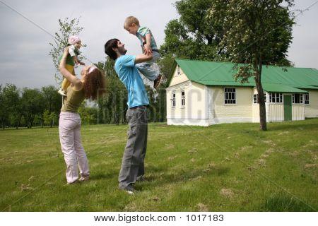 Vierköpfige Familie im Hof