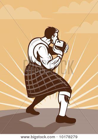 Kilt escocés tirando piedra