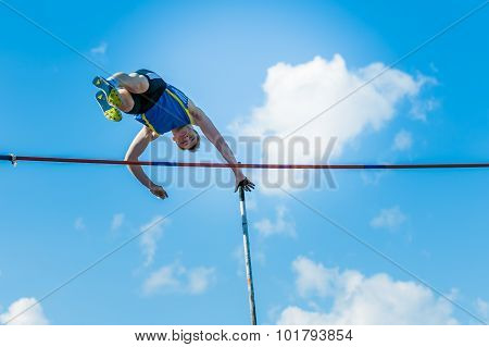 men athlete pole vault