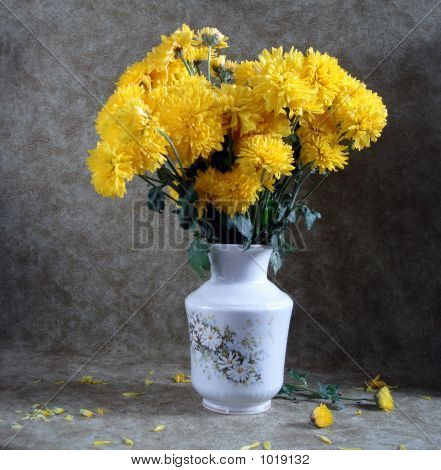 Ramo de flores amarillas en un florero