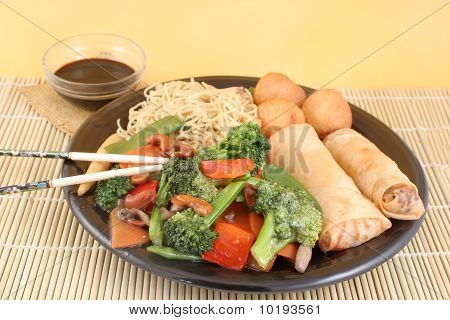 Vegetales y fideos asiáticos