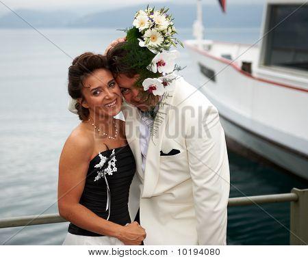 Lachende bruid en bruidegom