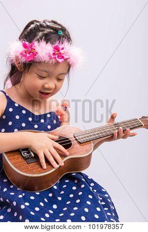Child Playing Ukulele / Child Playing Ukulele Background