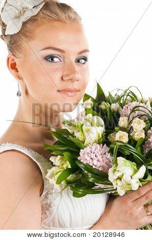 glückliche Braut mit Blüten