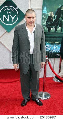 """NOVA YORK - 6 de julho: Ator Alfred Molina atende a estréia de """"O aprendiz de feiticeiro"""" no Ne"""